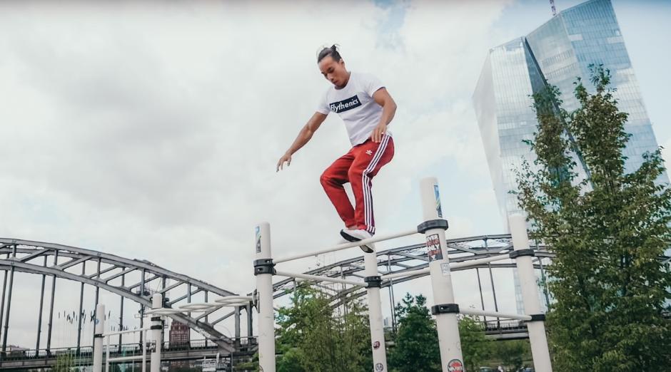 Ein Bild, das draußen, Mann, fahrend, springen enthält.  Automatisch generierte Beschreibung